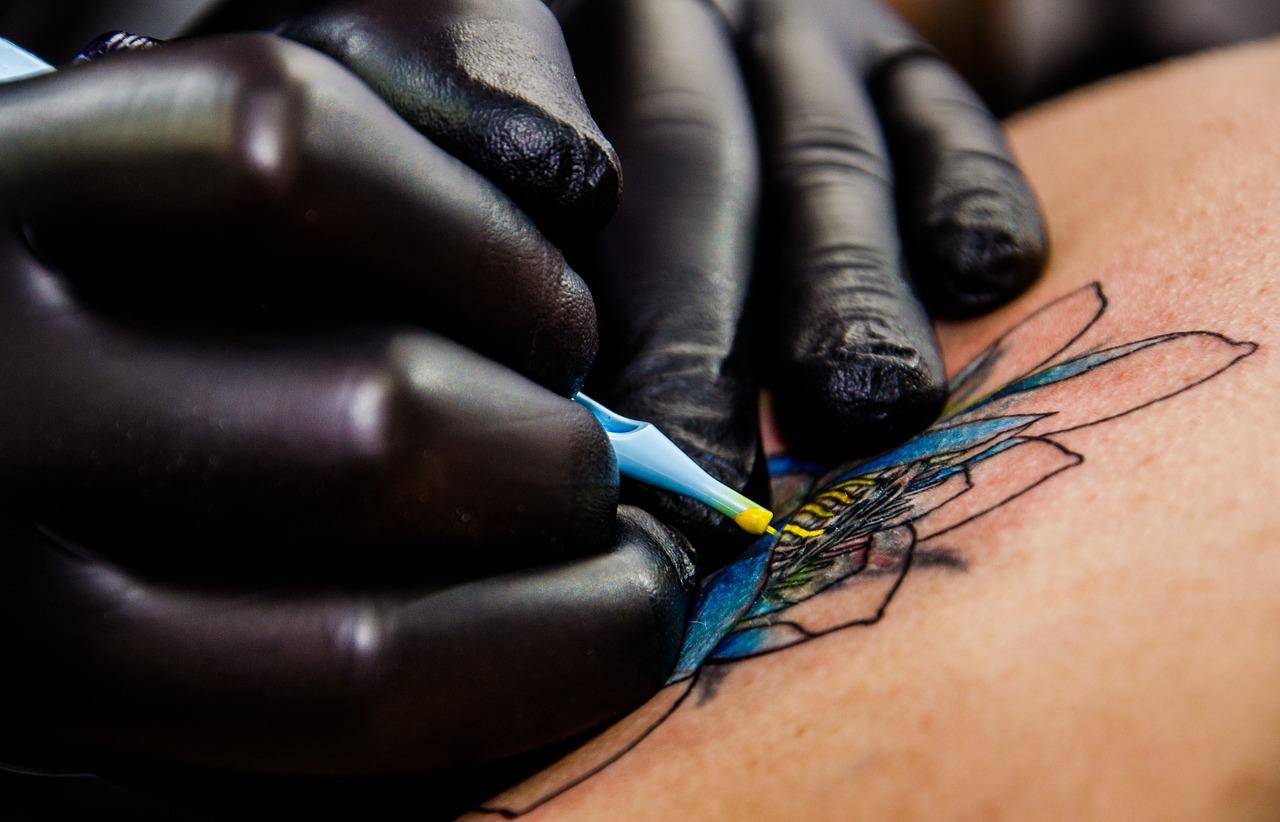 ¿Quieres tatuajes permanentes pero no quieres hacértelo (todavía)? Las calcomanías pueden ser su solución